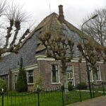 Stolphoeve met ronde schoorsteen, spiegel en dakkapel